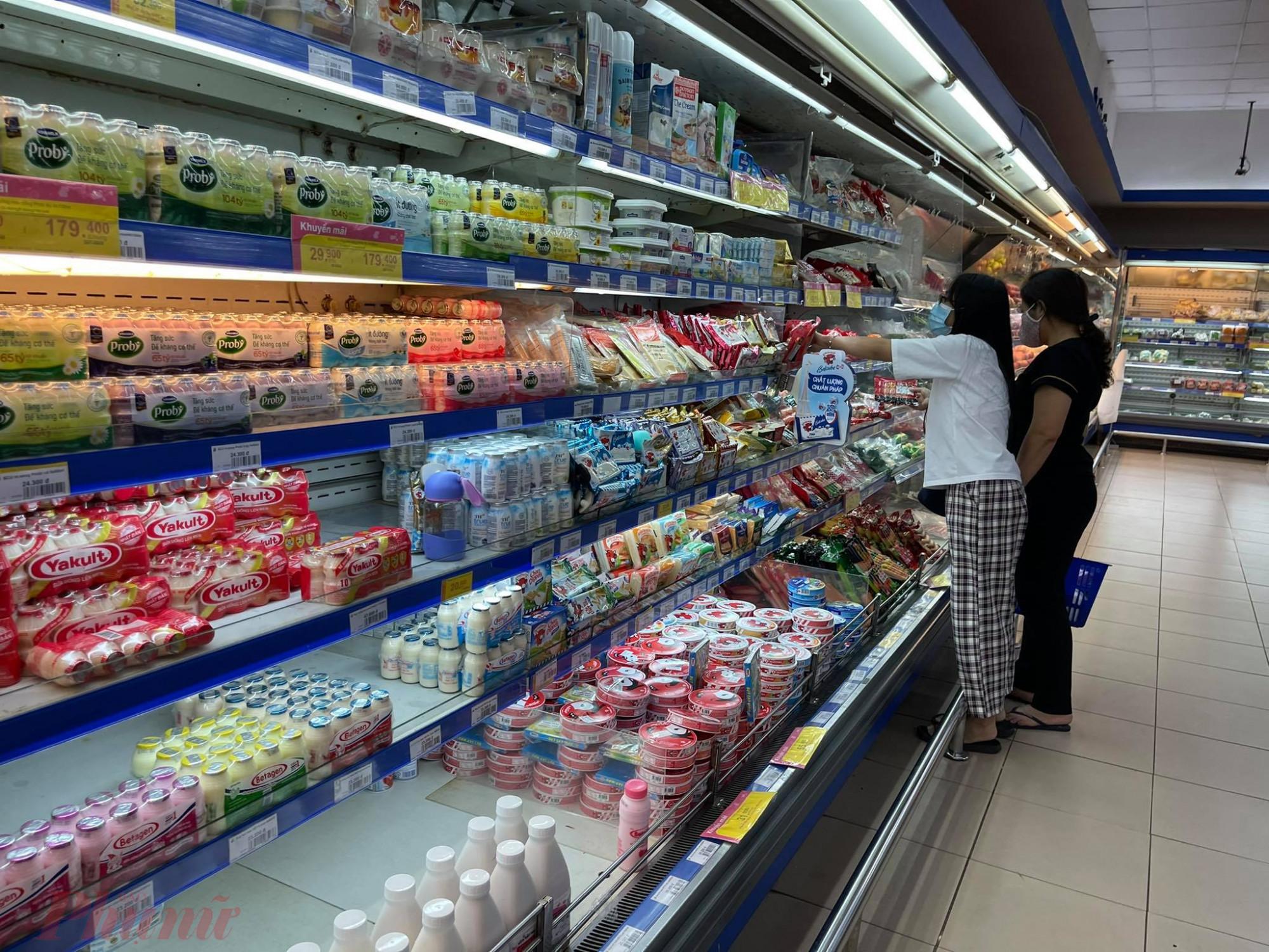Quầy sữa vơi hàng khi khách mua nhiều.