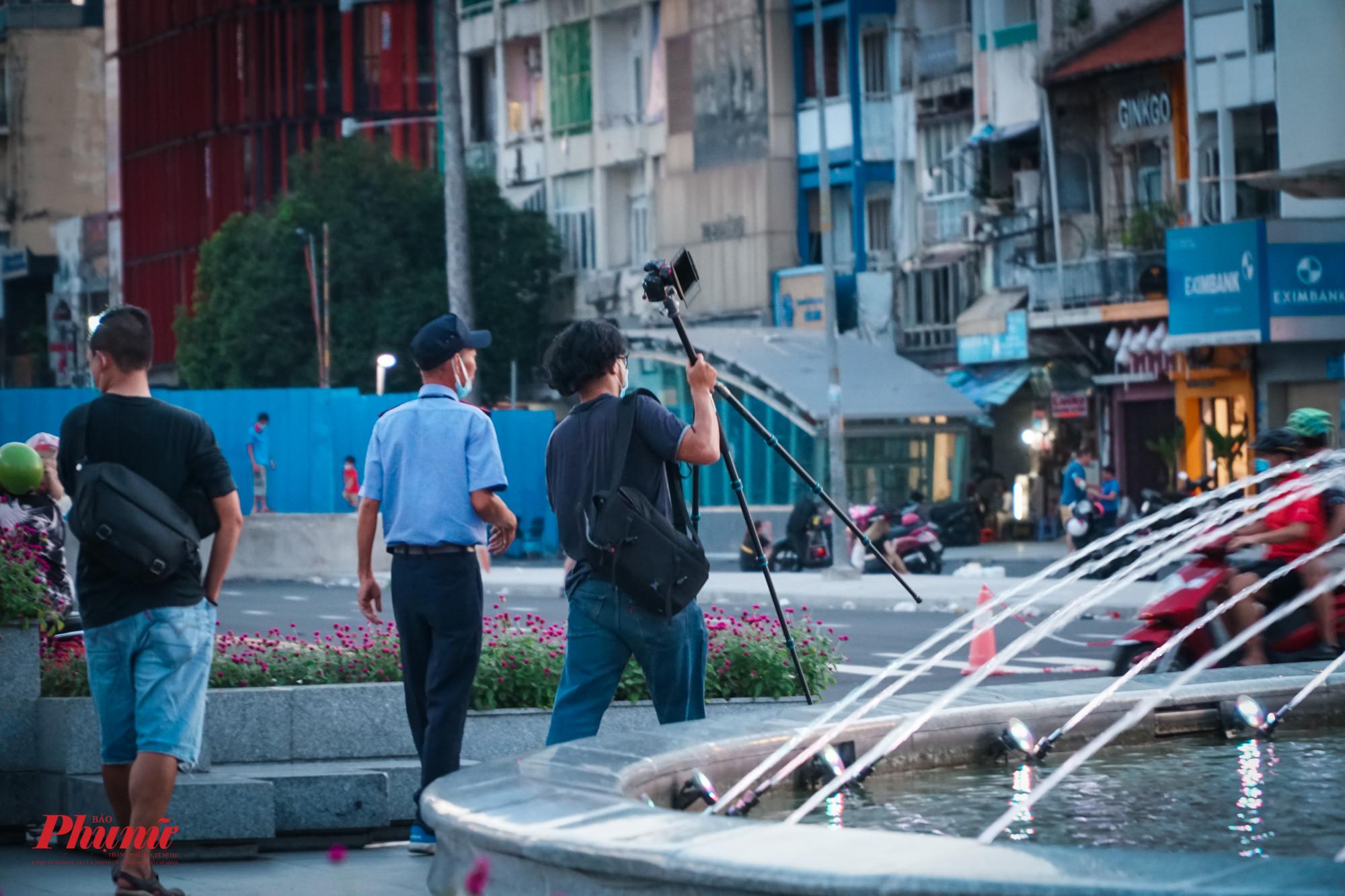 Tại khu vực đối diện công viên Lam Sơn, nhiều nhiều dân vẫn còn tụ tập và ngay lập tức được lực lượng bảo vệ nhắc nhở, mời đi