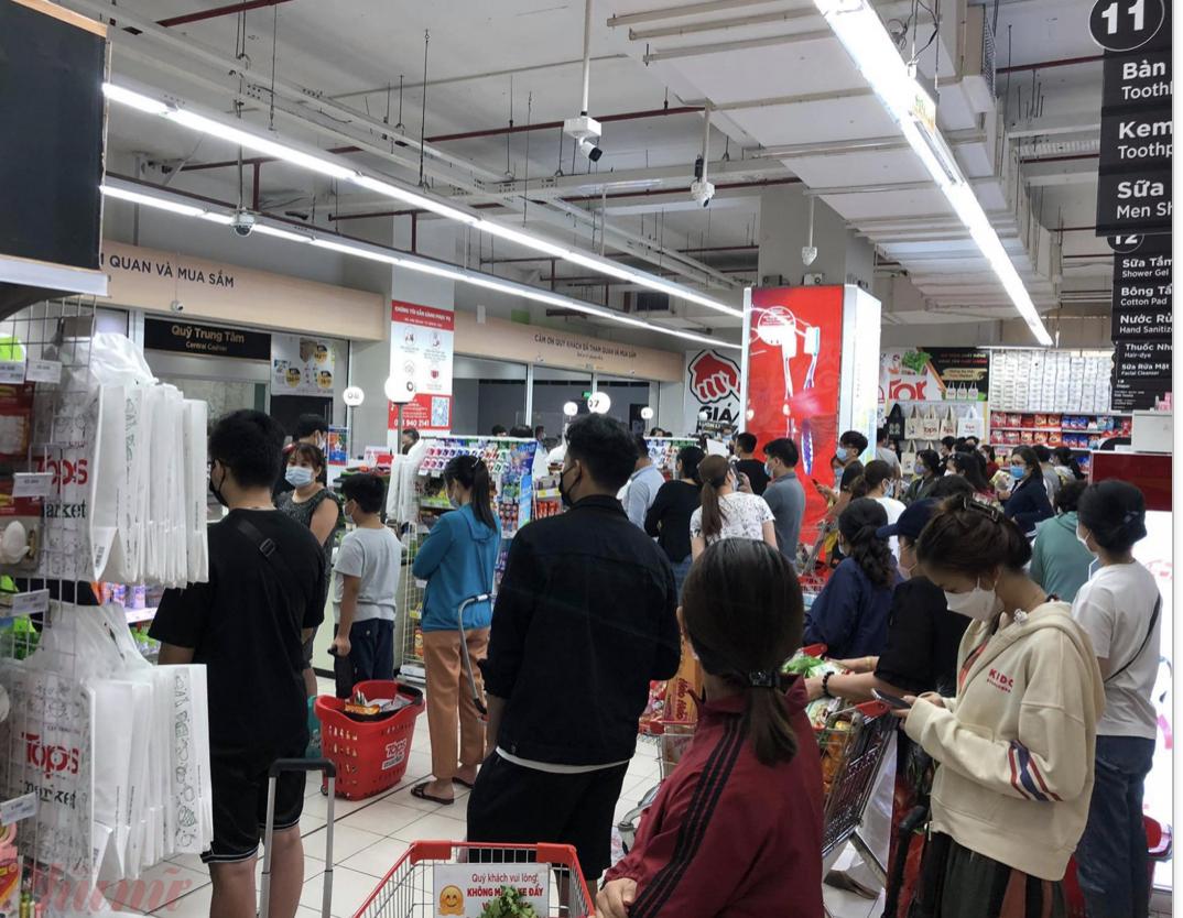 Hàng dài người chờ tính tiền tại siêu thị gây lo ngại