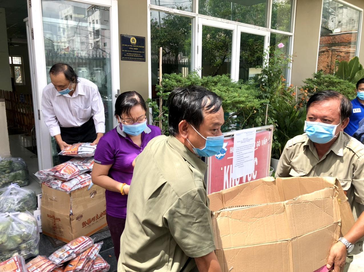 Hội LHPN phường 3 cùng các lực lượng tham gia vận chuyển lương thực, thự phẩm hỗ trợ người dân khu cách ly