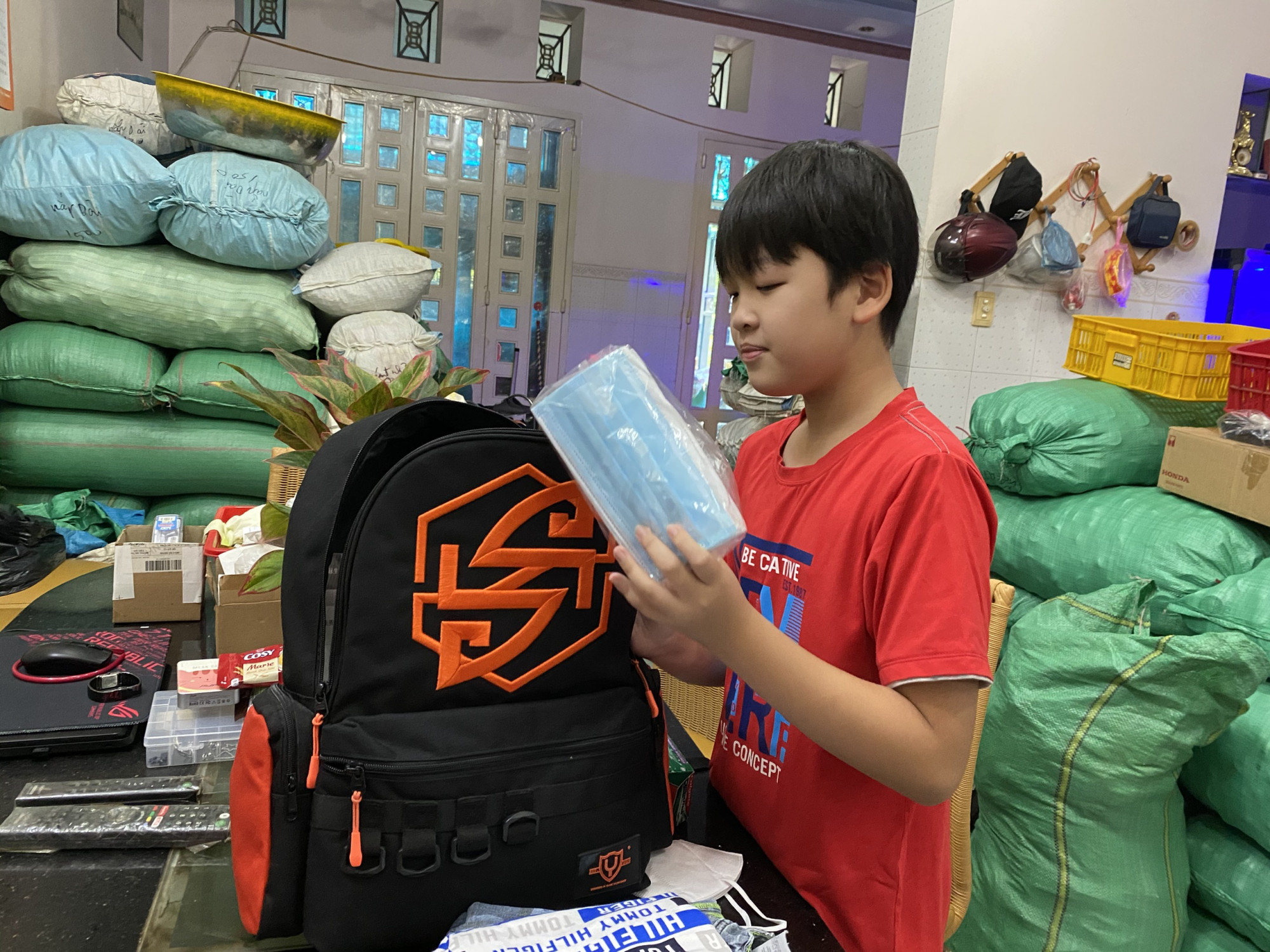 Con trai của chị Lê Thị Thanh Hồng (Q.12) lần đầu biết tự soạn ba lô chuẩn bị sẵn sàng cho chuyến du lịch 21 ngày