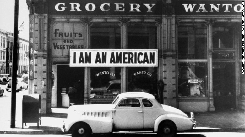 """Tấm biển ghi """"Tôi là người Mỹ"""" trên cửa hàng tạp hóa Wanto Co ở Oakland (California), một ngày sau cuộc tấn công Trân Châu Cảng 8/12/1941 - Ảnh: CNN"""