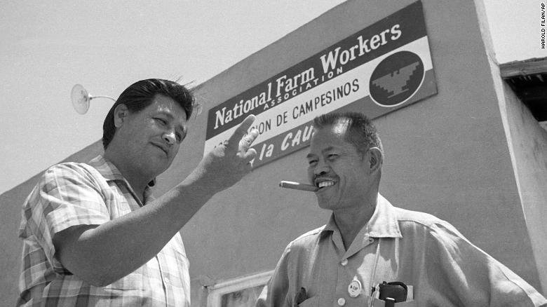 Larry Itliong (phải), một nhà tổ chức và lãnh đạo lao động người Mỹ gốc Philippines cùng với lãnh đạo United Farm Workers Cesar Chavez trước trụ sở công đoàn - Ảnh: CNN