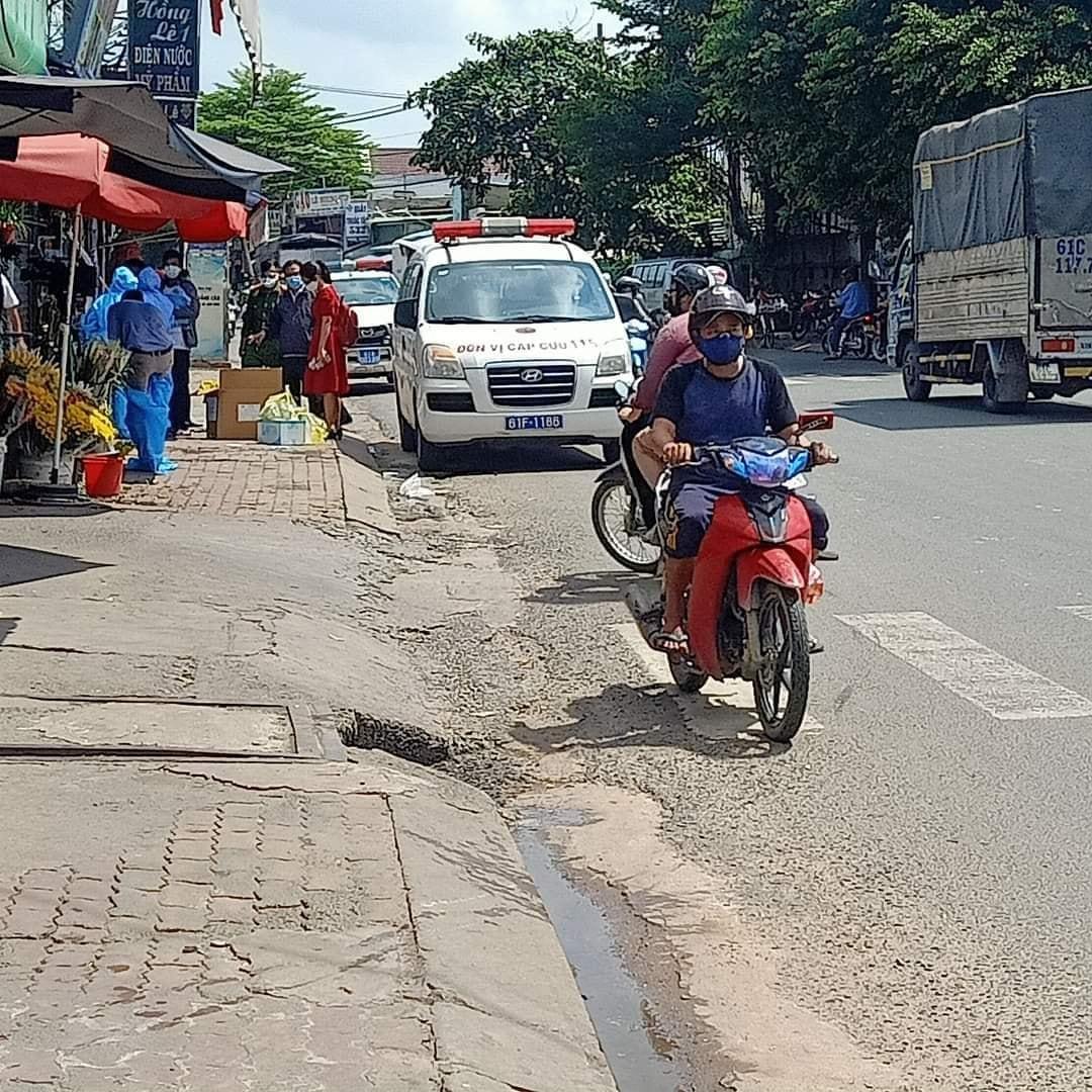 Lực lượng y tế lấy mẫu xét nghiệm tại phường Bình Chuẩn