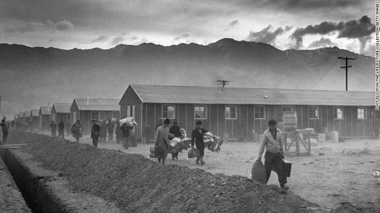 Nhóm 82 người Mỹ gốc Nhật đầu tiên đến trại giam Manzanar (hay 'Trung tâm Tái định cư Chiến tranh') năm 1942 - Ảnh: CNN