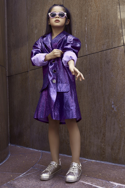 Gần 5 tuổi, Julia đã sớm biết làm điệu. Diễm Trang cũng khuyến khích sự tự do phát triển, suy nghĩ của con và tư vấn những trang phục phù hợp. Julia xuất hiện trên phố với chiếc váy dạng vest màu tím ấn tượng, phối giày ánh bạc cùng mắt kính màu hồng tím đáng yêu.