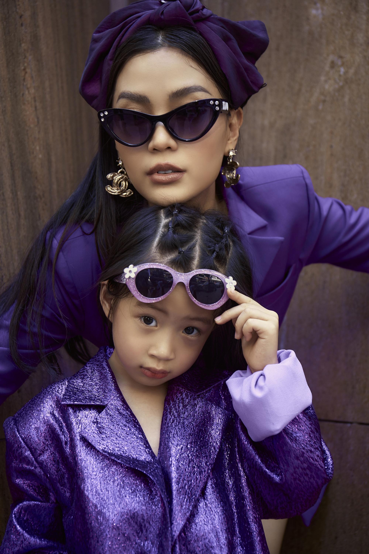 Diễm Trang mang hoa tai, kính mắt to bản, quấn khăn để giúp trang phục trông ấn tượng hơn. Julia nhờ sớm theo mẹ nên cũng dạn dĩ trước ống kính. Trước đó, hai mẹ con Diễm Trang bị kẹt ở Ba Lan khoảng 9 tháng vì dịch bệnh.
