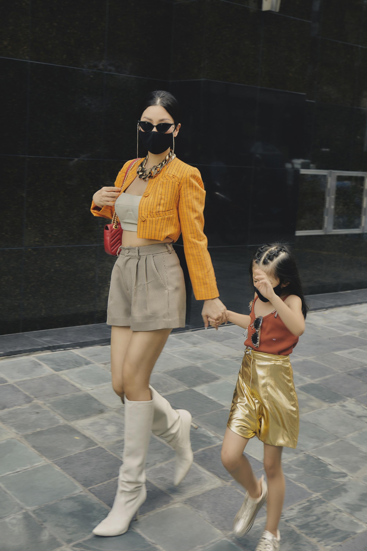 Quần short, crop top cùng áo khoác được Diễm Trang kết hợp hài hoà về màu sắc, có gam lạnh, cũng có màu nóng nổi bật.