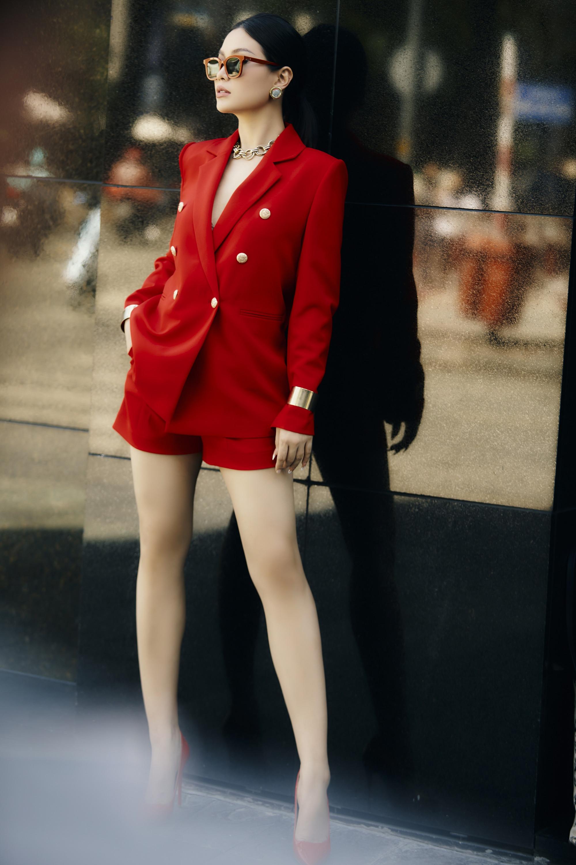 Người đẹp nổi bật với bộ cánh màu đỏ được phối khéo léo cùng phụ kiện màu