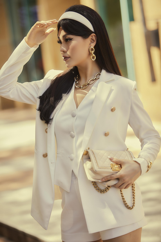 Bộ trang phục mang đến vẻ ngoài thú vị cho Diễm Trang nhờ cách kết hợp lạ mắt. Nếu như