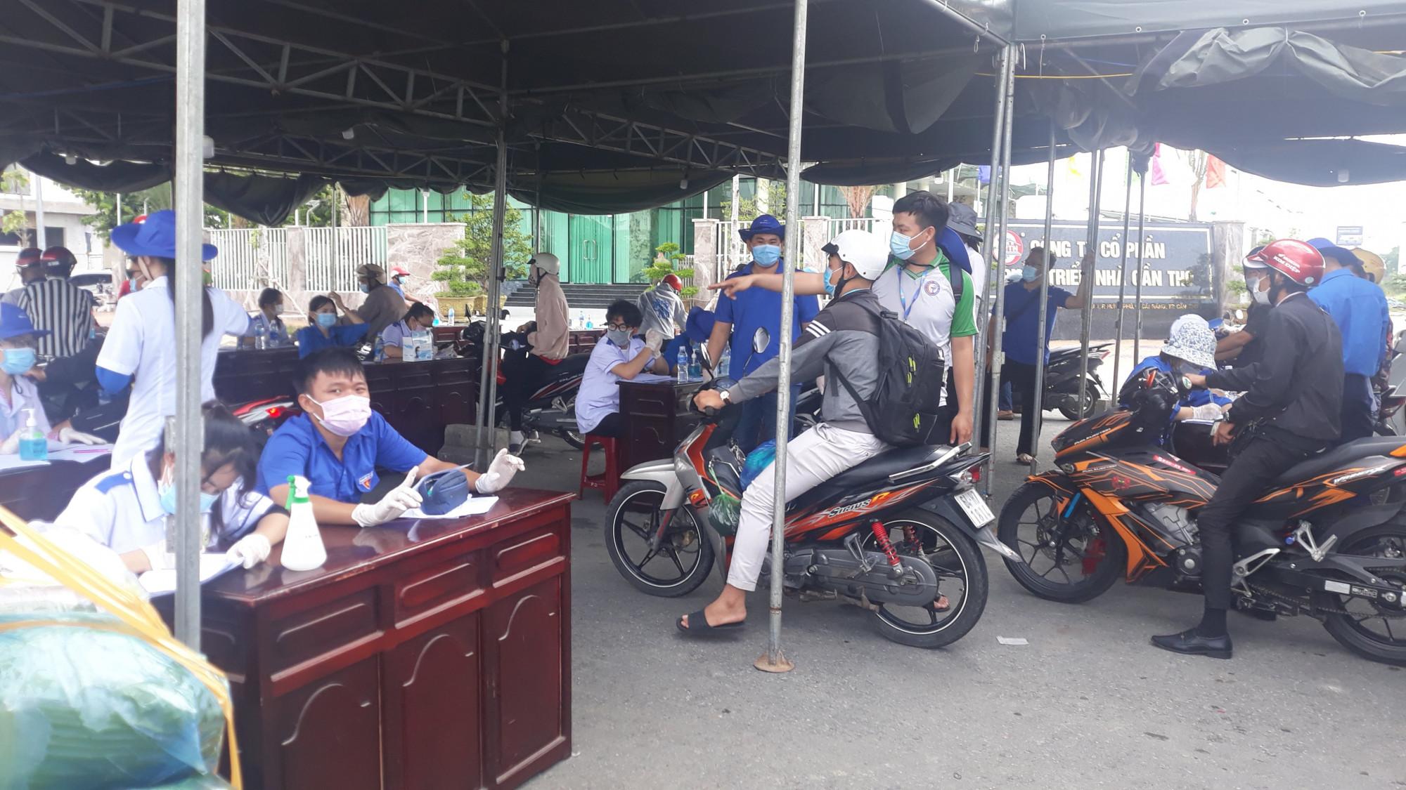 Lực lượng tình nguyện viên hướng dẫn người và phương tiện vào khu kiểm soát, khai báo y tế