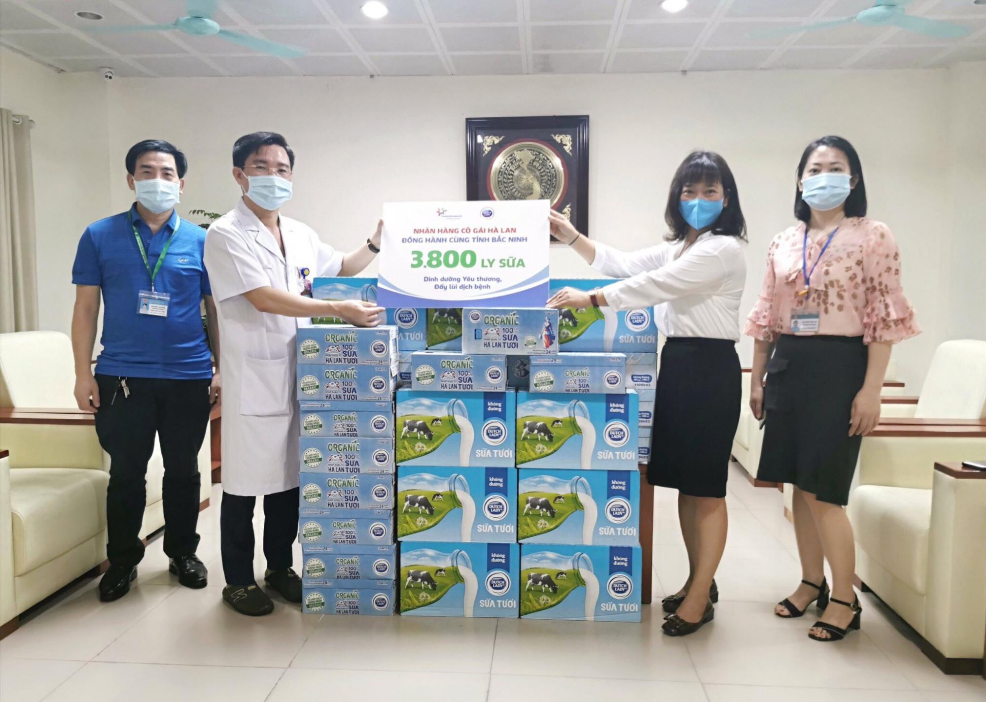 Các bác sĩ tại Bệnh viện Sản Nhi tỉnh Bắc Ninh nhận sản phẩm hỗ trợ từ Cô Gái Hà Lan. Ảnh: CGHL