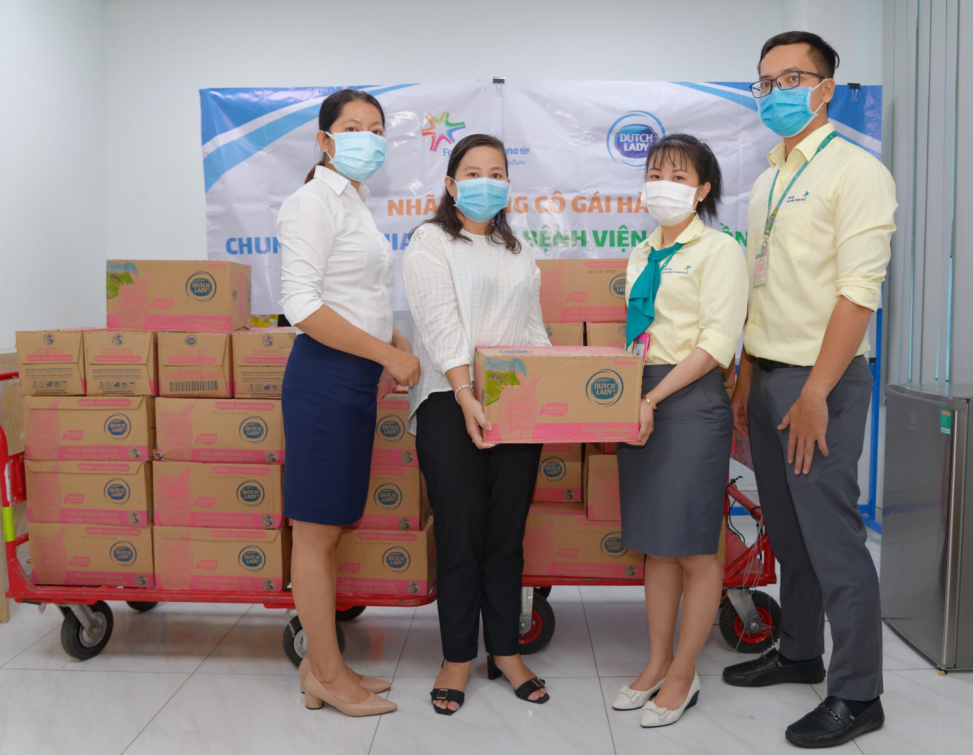 Hàng ngàn ly sữa đã đến với các thiên thần nhỏ tại Bệnh viện Nhi đồng TP.HCM và Nhi đồng 1. Ảnh: CGHL