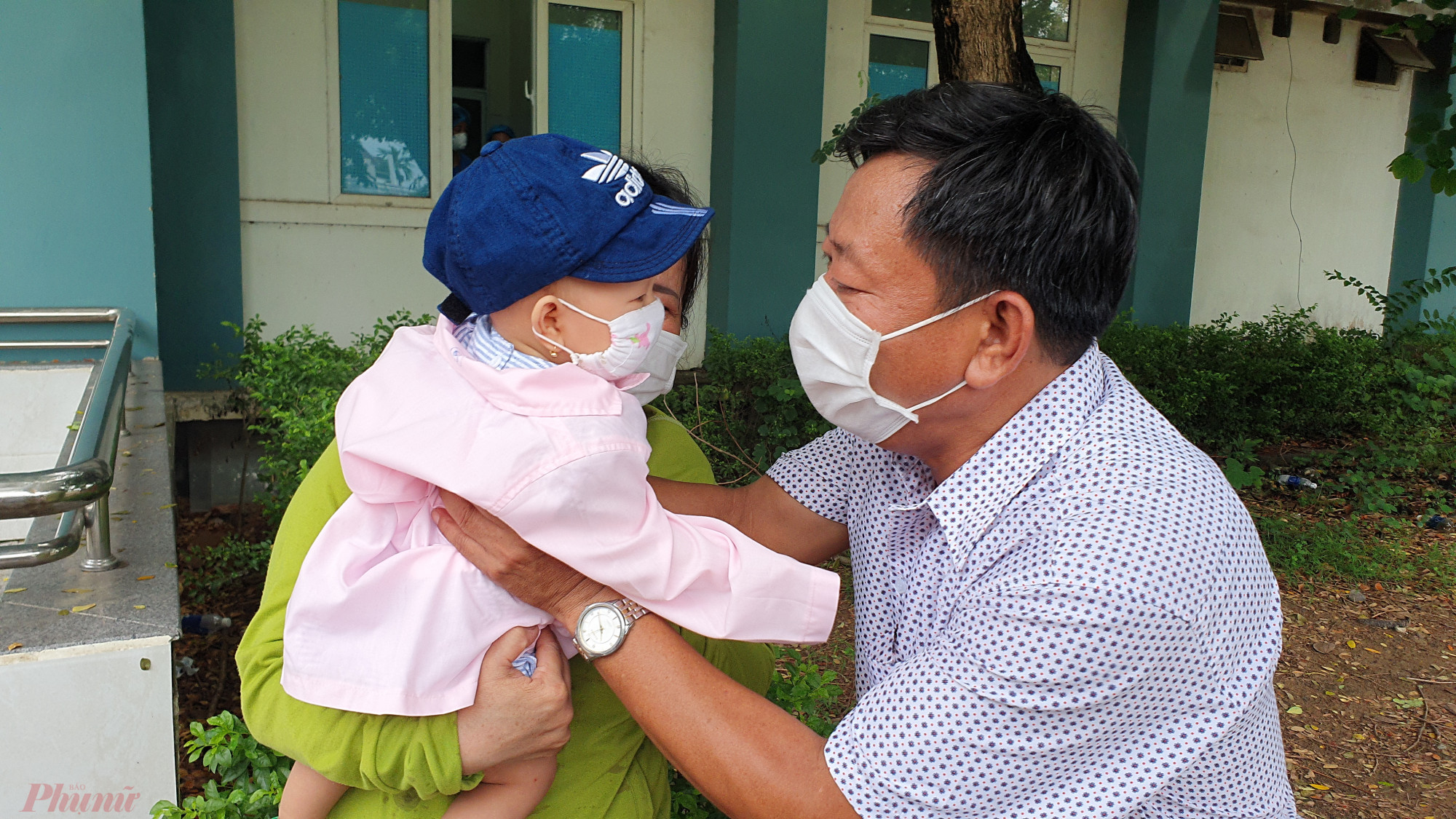 Một bệnh nhi nhiễm COVID-19 được điều trị khỏi tại Bệnh viện dã chiến Hòa Vang trong đợt dịch thứ 2