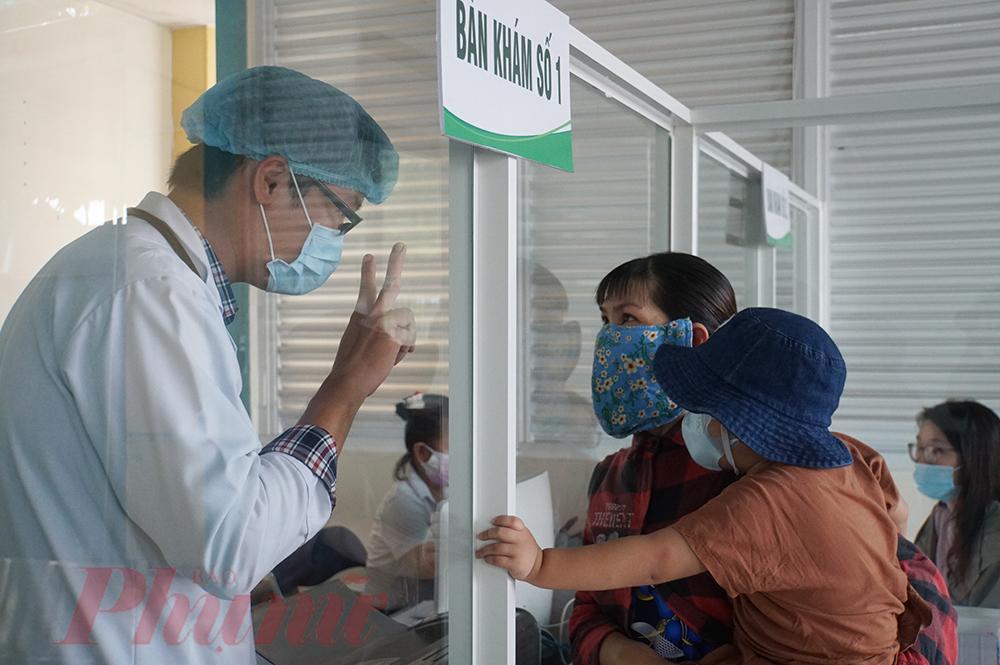 Mỗi ê-kíp của khu khám bệnh có 4 bác sĩ, 4 điều dưỡng, 1 nhân viên khoa dược, 1 kế toán phục vụ cho hai bàn khám. Hầu hết nhân viên đều tình nguyện khám chữa bệnh tại đây, mỗi tháng ê-kíp bác sĩ sẽ được đổi để nghỉ ngơi. Ê-kíp bác sĩ phải tuân thủ cách ly tại nơi bệnh viện chuẩn bị sẵn, nếu cần thiết phải lấy mẫu xét nghiệm SARS-CoV-2 rồi mới có thể tiếp tục công việc tại bệnh viện
