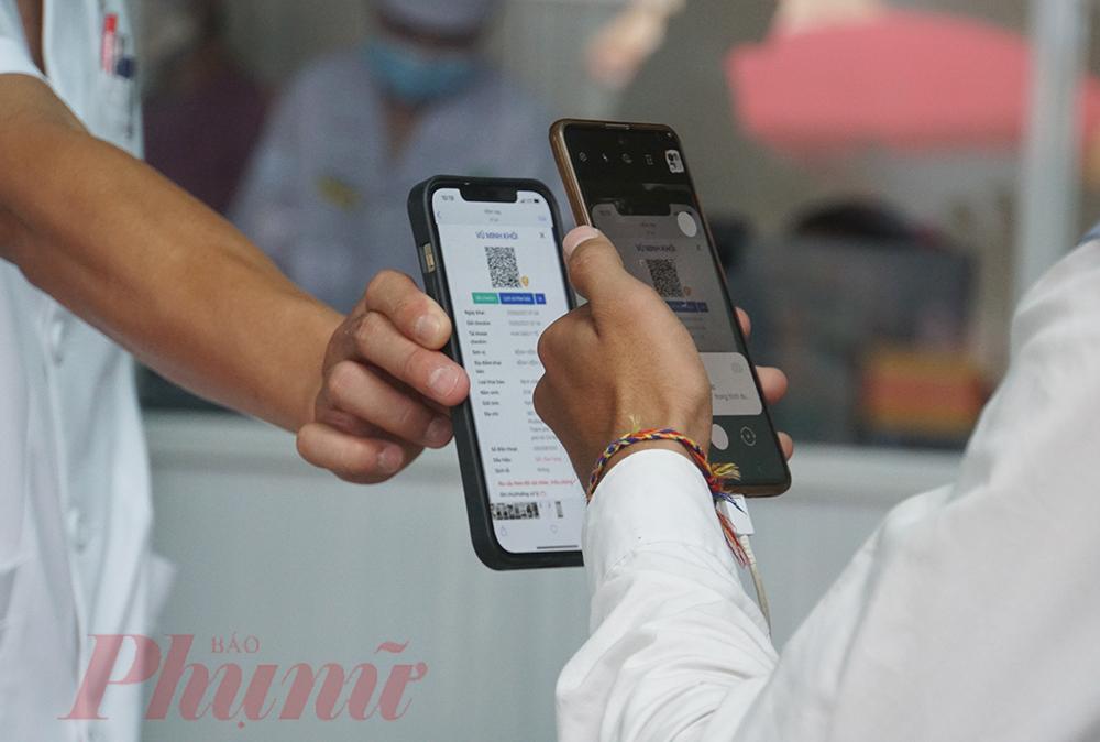 Điều dưỡng Nguyễn Trọng Thu kiểm tra, phát hiện số điện thoại của một bệnh nhân chưa thực hiện khai báo và yêu cầu người bệnh phải khai báo y tế trung thực.
