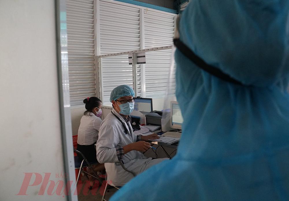 Phát hiện bệnh nhân có nguy cơ lây nhiễm với các triệu chứng điển hình của COVID-19, bác sĩ Vinh gọi ngay điều dưỡng Phan Hồng Ngọc Thanh để nhờ kết nối với bác sĩ chuyên khoa bên trong bệnh viện, trước khi quyết định lấy mẫu test nhanh cho bệnh nhân