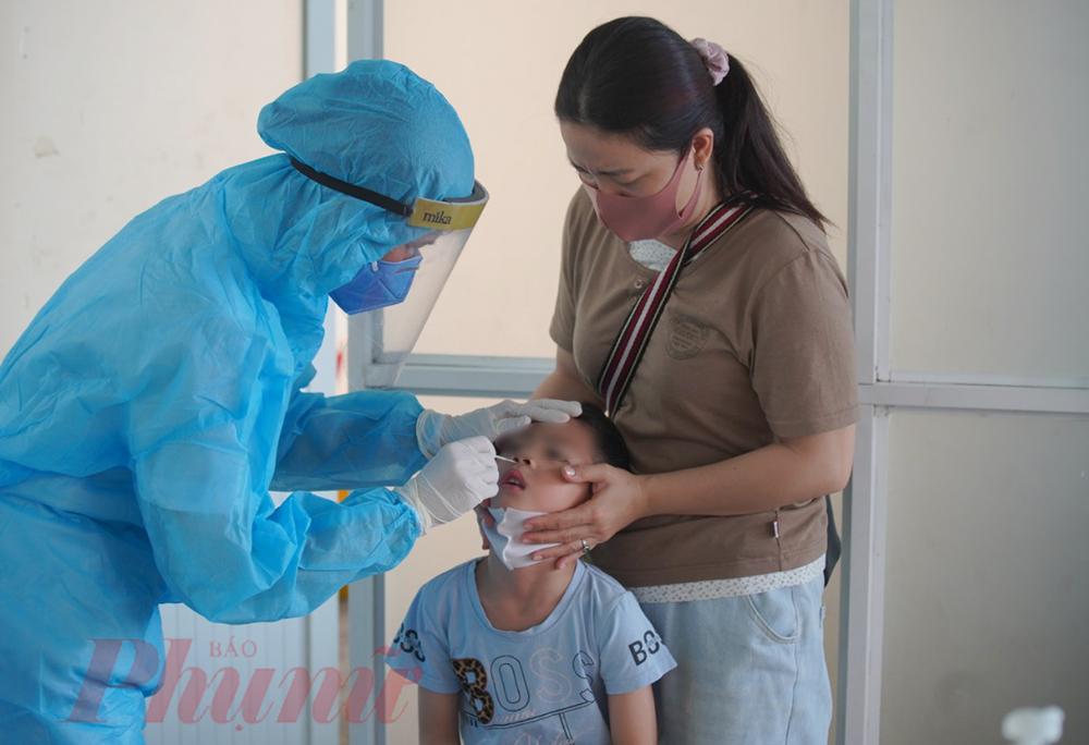 Ngay lập tức, bé trai được lấy mẫu xét nghiệm SARS-CoV-2 để tầm soát dịch. Mẹ của bé cho biết: Có khu khám bệnh này chúng tôi yên tâm đến bệnh viện hơn bởi cứ sợ có triệu chứng là phải đi cách ly hoặc bệnh viện từ chối. Hoặc cũng sợ người thân mình lỡ mắc bệnh đi khám cũng lây cho nhiều người.