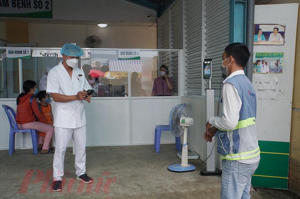 Bệnh nhân sẽ được do thân nhiệt bằng camera từ xa, sau khi người bệnh khai báo, nhân viên y tế sẽ hỏi số điện thoại, kiểm tra việc khai báo này, chắc chắn người bệnh hoàn tất khai báo, có thể vào khám bệnh.