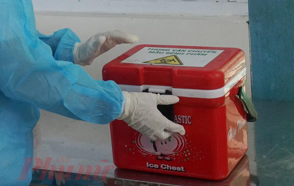 Điều dưỡng Thanh cho biết, cứ khoảng 30 phút, hoặc mẫu cần xét nghiệm quá nhiều, chị sẽ chủ động liên hệ với nhân viên nội viện đến nhận mẫu làm xét nghiệm. Test nhanh mất khoảng 1 tiếng đồng hồ, nếu có dấu hiệu nghi ngờ, bệnh viện sẽ tiếp tục thực hiện xét nghiệm realtime RT-PCR. Trong thời gian này, bệnh nhân sẽ được vận động ở lại phòng lưu bệnh của bệnh viện để hạn chế nguy cơ.