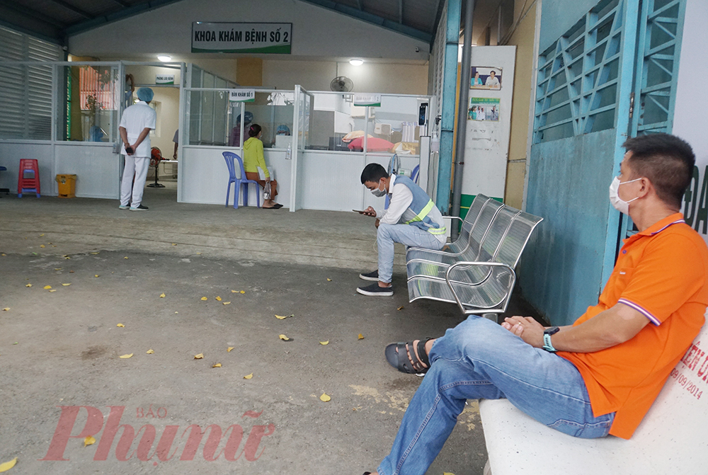 Sáng 31/5, Khu khám bệnh số 2,đi vào hoạt động. Đây là khu khám bệnh hoàn toàn biệt lập với nội viện, sử dụng khám cho bệnh nhân có dấu hiệu ho, sốt, đau họng,... với mục tiêu phòng, chống dịch COVID-19 cao hơn nữa. Khu khám bệnh số 2 ở khu vực cổng sau của Bệnh viện Lê Văn Thịnh, hiện tại container sàng lọc di động đã được đặt ra phía ngoài, vận động, khám sàng lọc cho người bệnh có dấu hiệu nghi ngờ trước khi vào giữ xe khám bệnh. Tất cả người có triệu chứng viêm đường hô hấp đều phải khám ở cổng sau.