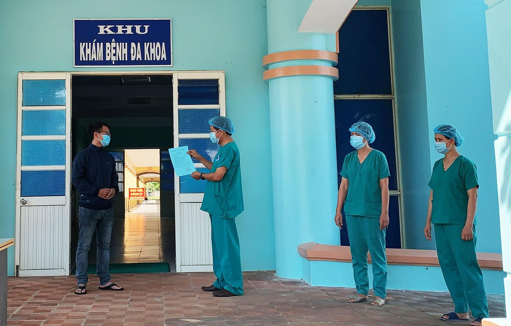 Bác sĩ Võ Hùng Viễn, giám đốc trung tâm y tế huyện Bình Sơn công bố và trao chứng nhận cho BN 3067 xuất viện