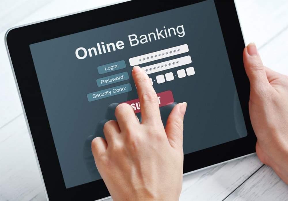 Các ngân hàng dùng chinh sách ưu đãi để khuyến khích khách hàng tăng sử dụng các hình thức giao dịch online trong bối cảnh dịch COVID-19 diễn biến phức tạp (Ảnh minh họa).