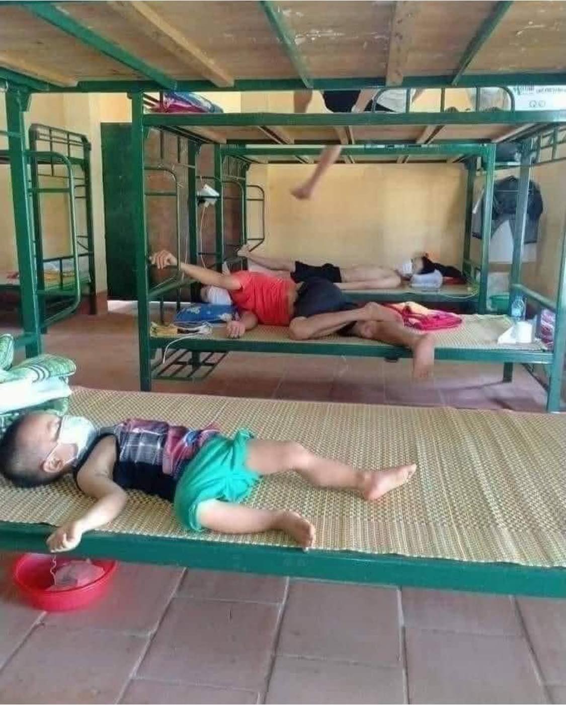 Em bé M. tự ngủ một mình trong khu cách ly. Hình ảnh khiến bất kỳ ai cũng thương xót.