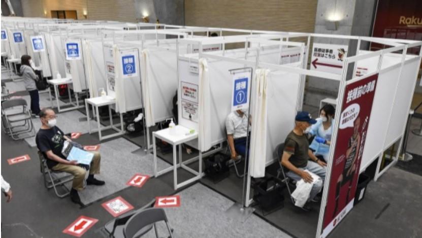 Người cao tuổi được chủng ngừa COVID-19 vào ngày 31/5, tại Sân vận động Noevir Kobe ở miền tây Nhật Bản.