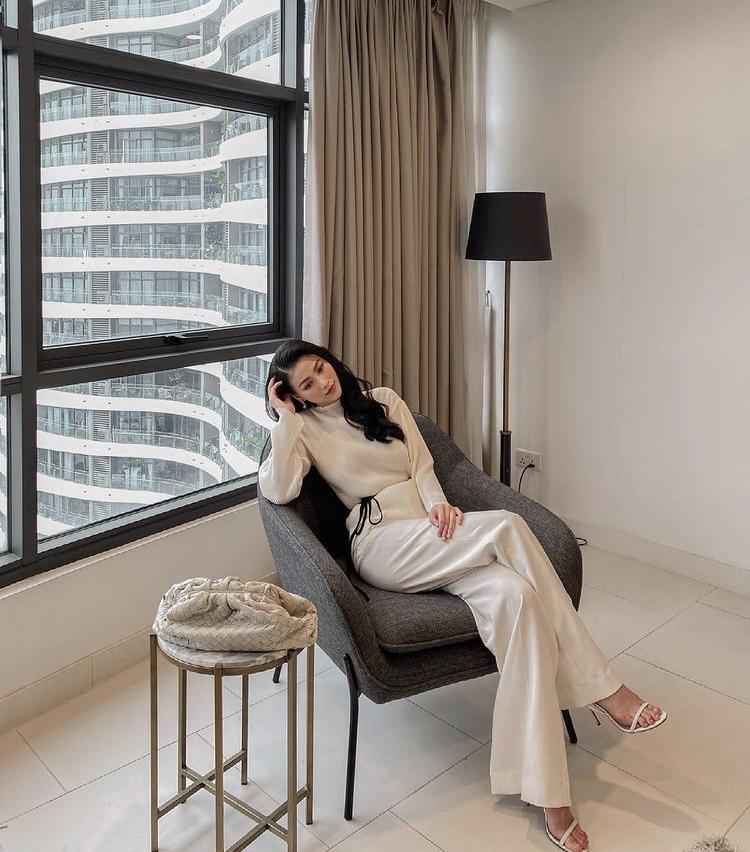 Tại một góc khác ở nhà, nàng hậu thay đồ với set quần ống loe kết hợp áo tay dài cùng sắc màu trắng kem đơn giản mà sang chảnh.