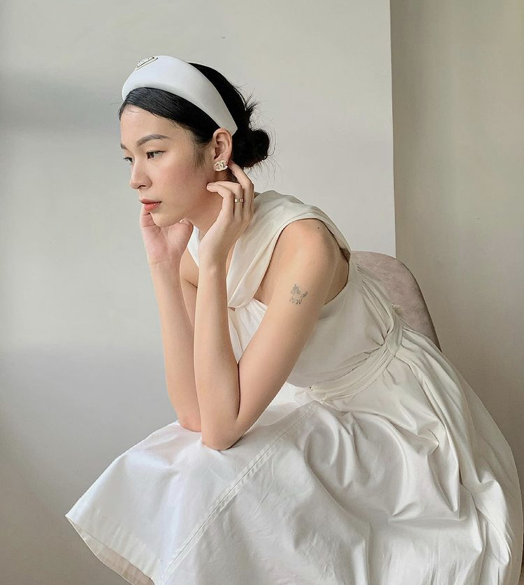 Phí Phương Anh diện chiếc đầm với thiết kế cut-out phần vai gợi cảm. Cô nàng còn phối thêm băng đô khi búi tóc lên tóc để phong cách thêm phần cổ điển.
