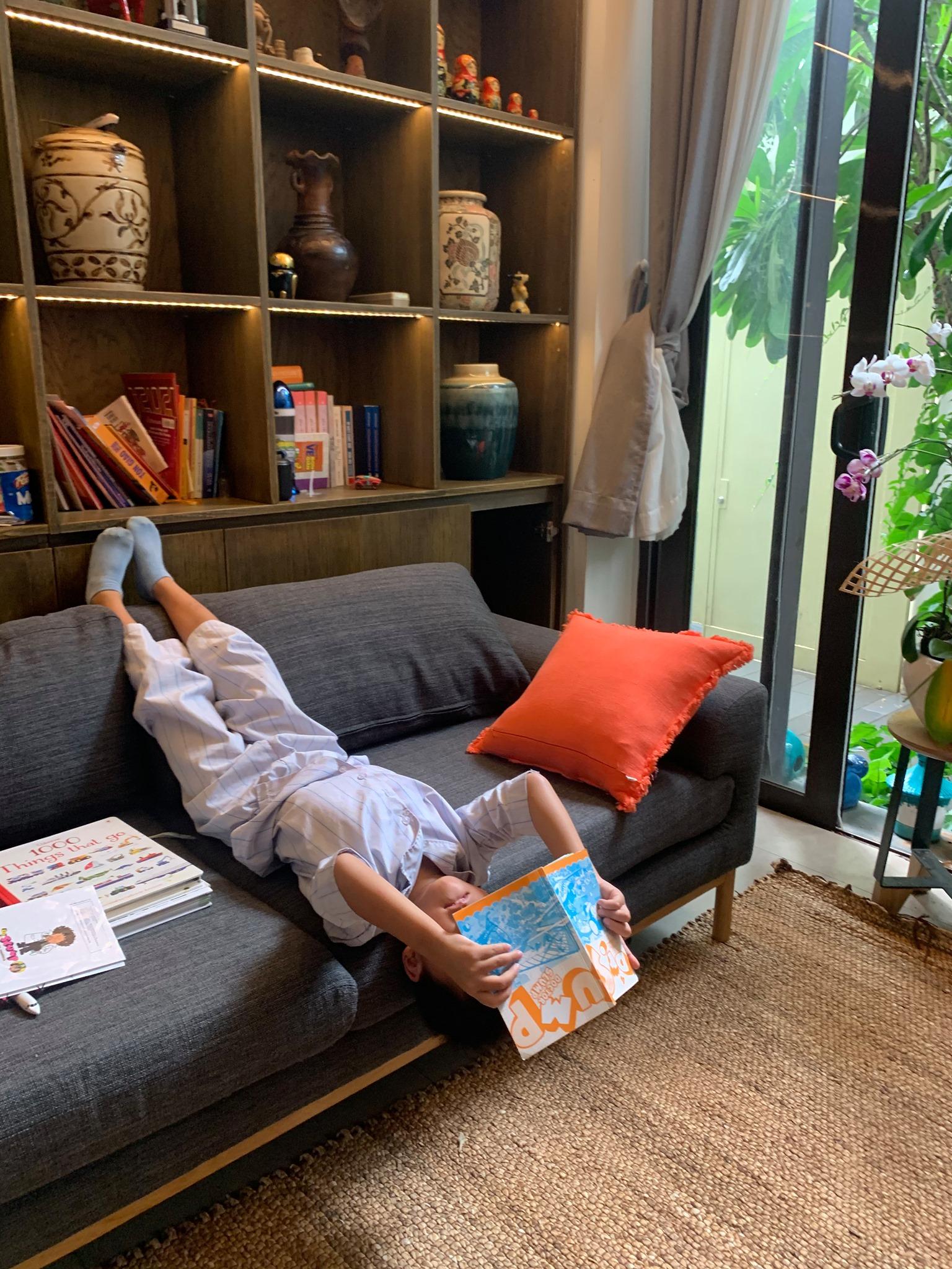 Đọc sách với nhiều tư thế trong mùa dịch. Ảnh minh hoạ