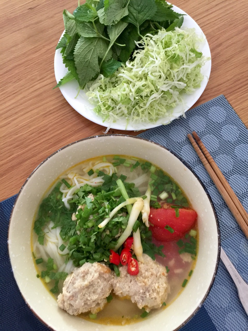 Món ăn đơn giản nấu tại nhà cũng được bày biện hơn cho đỡ nhàm chán.