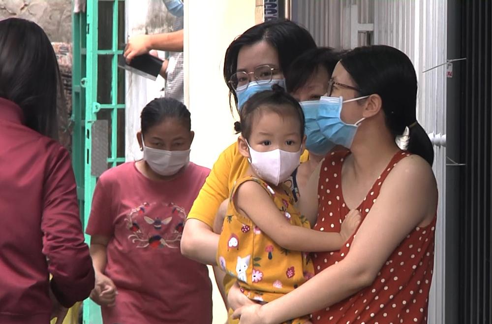 Người dân chờ lấy mẫu xét nghiệm tại con hẻm ở quận Gò Vấp