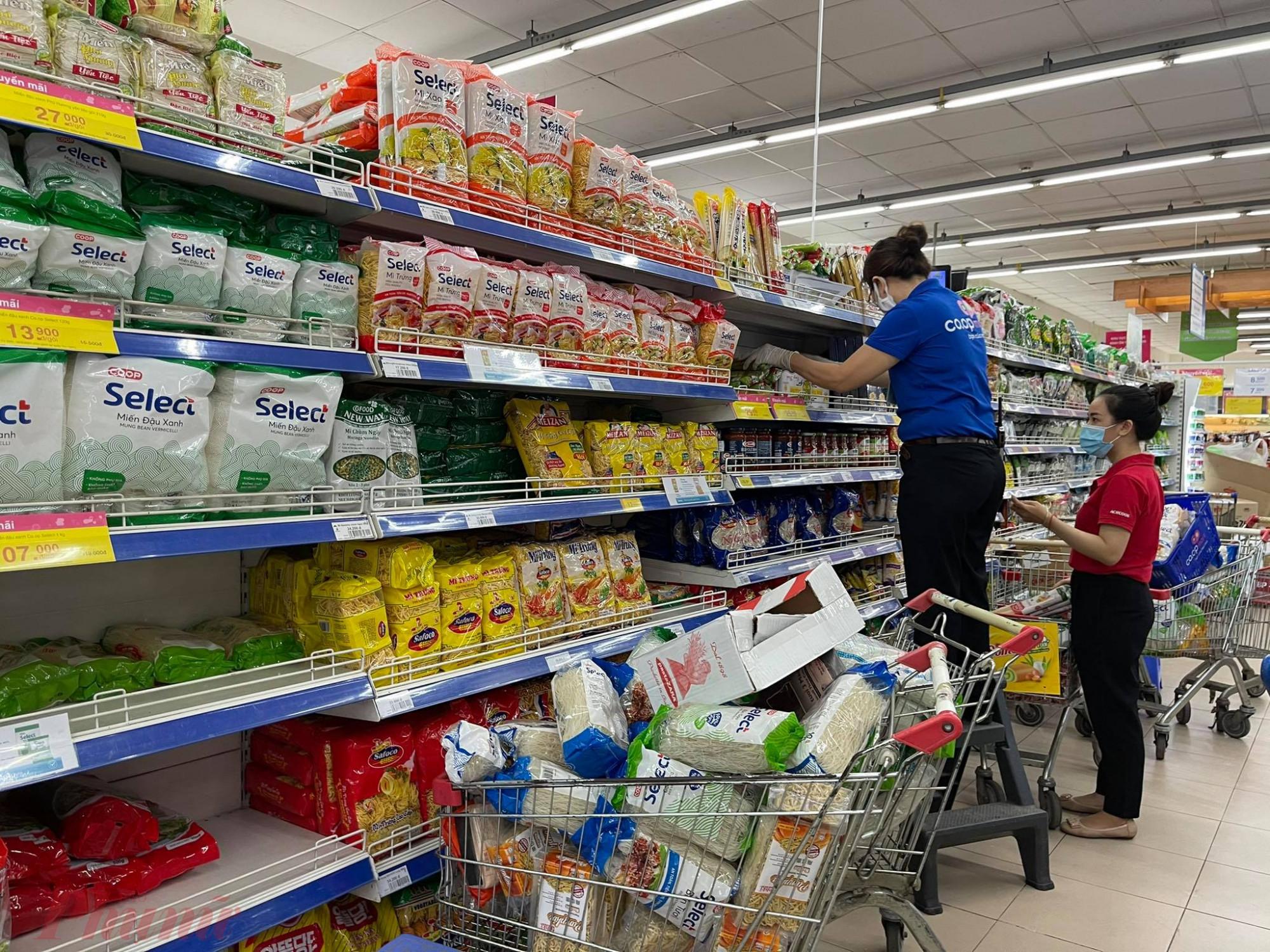 Nhân viên siêu thị chêm hàng hóa liên tục, người dân không lo thiếu hàng.