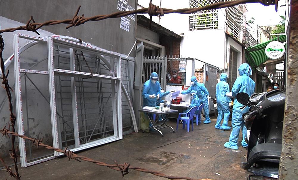 Nhân viên y tế phong tỏa, lấy mẫu xét nghiệm tại một con hẻm ở Gò Vấp