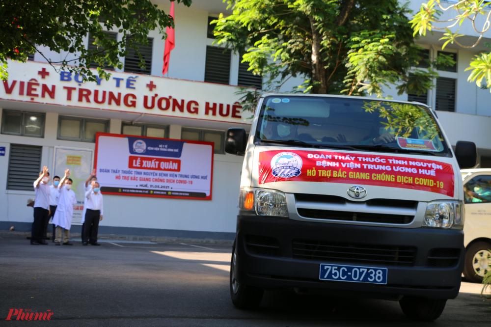 Tại buỗi lễ tiễn đoàn, Ông Phan Ngọc Thọ, Chủ tịch UBND tỉnh Thừa Thiên-Huế cũng có mặt để động viên, tặng hoa. 'Các bạn sẽ phát huy sức mạnh của ngành y tế Thừa Thiên-Huế để giúp tỉnh bạn vượt qua khó khăn, chúng tôi chờ đón các bạn chiến thắng trở về', Chủ tịch UBND tỉnh động viên