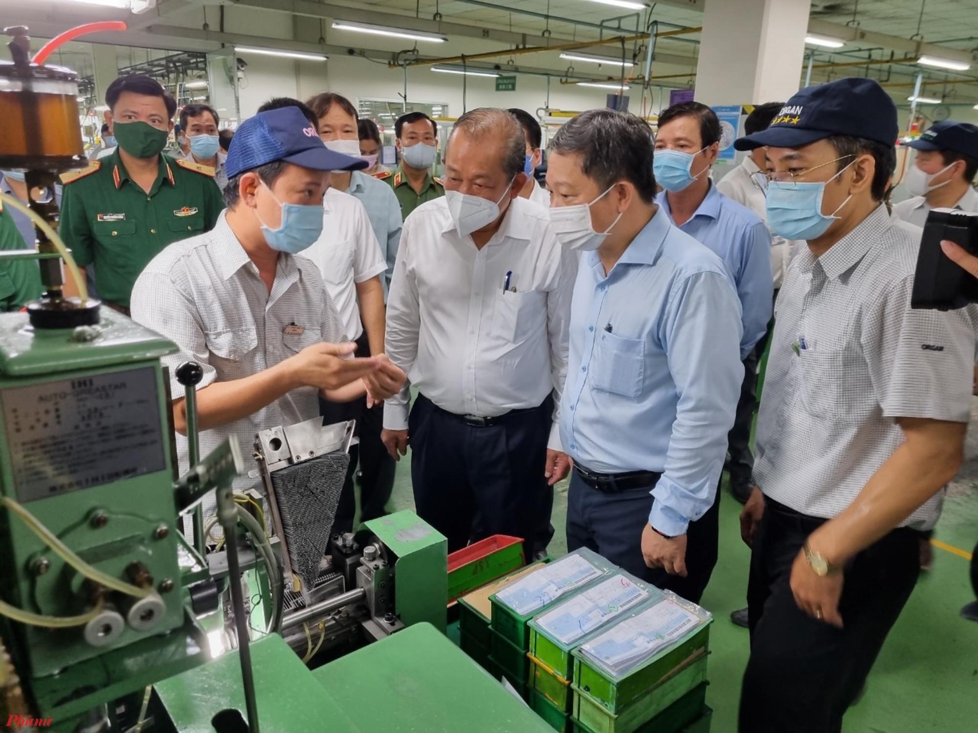 Đoàn trực tiếp kiểm tra tại các dây chuyền sản xuất