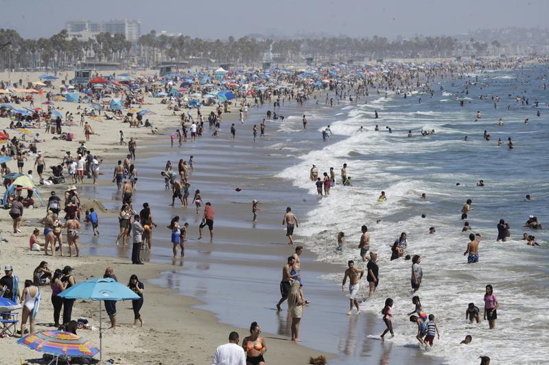 Bãi biển Santa Monica, California, giữa đại dịch COVID-19. Ảnh tư liệu ngày 12/7/2020 - Ảnh: AP