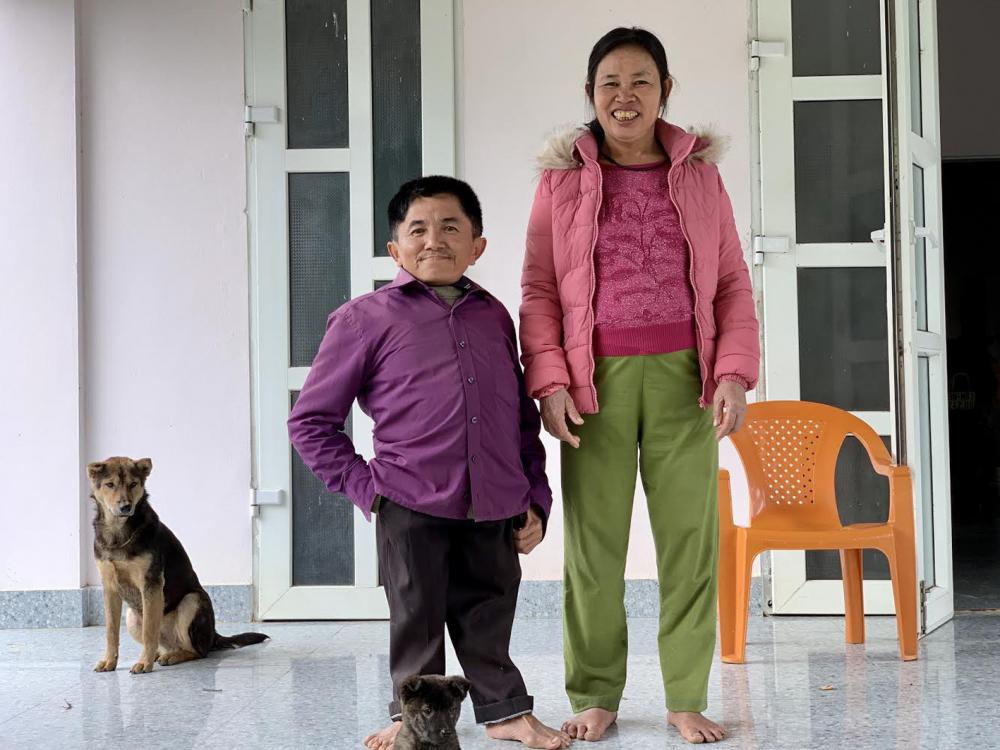 Anh Phong và chị Liên trước ngôi nhà khang trang họ đã cùng nhau gầy dựng