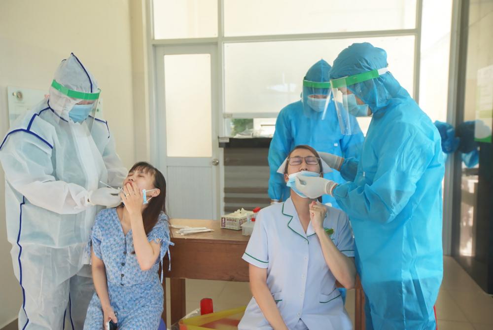 Lấy mẫu xét nghiệm COVID-19 tại Bệnh viện Lê Văn Thịnh. Nơi đây sẽ áp dụng test nhanh kháng nguyên