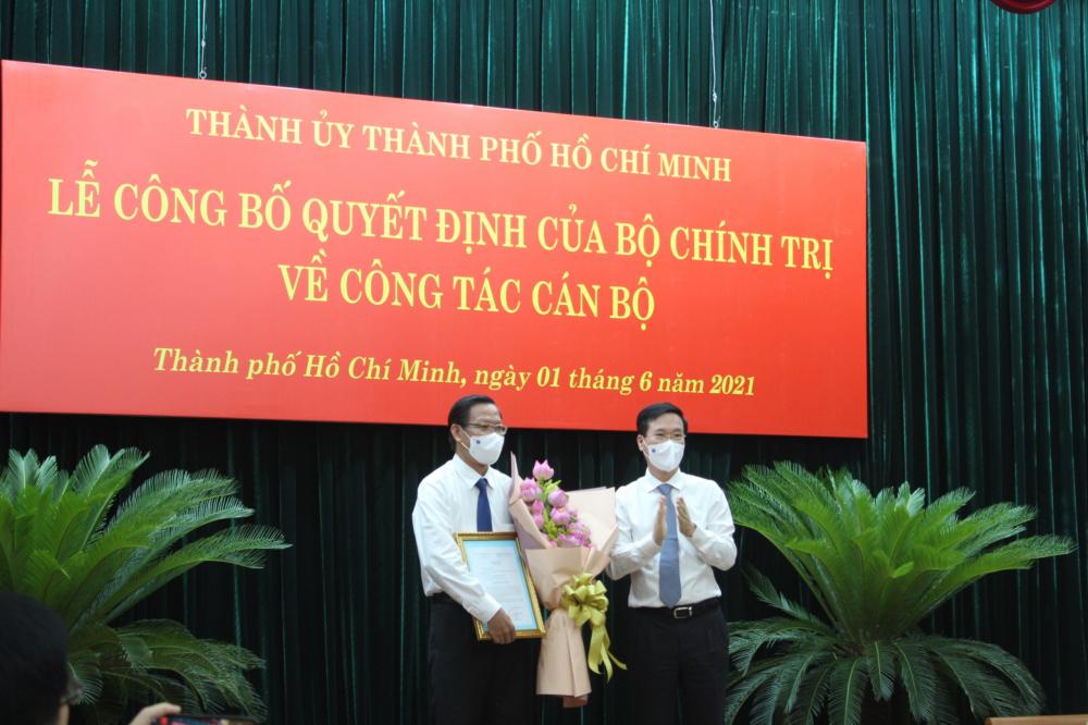 Thường trực Ban Bí thư Võ Văn Thưởng trao quyết định cho ông Phan Văn Mãi.