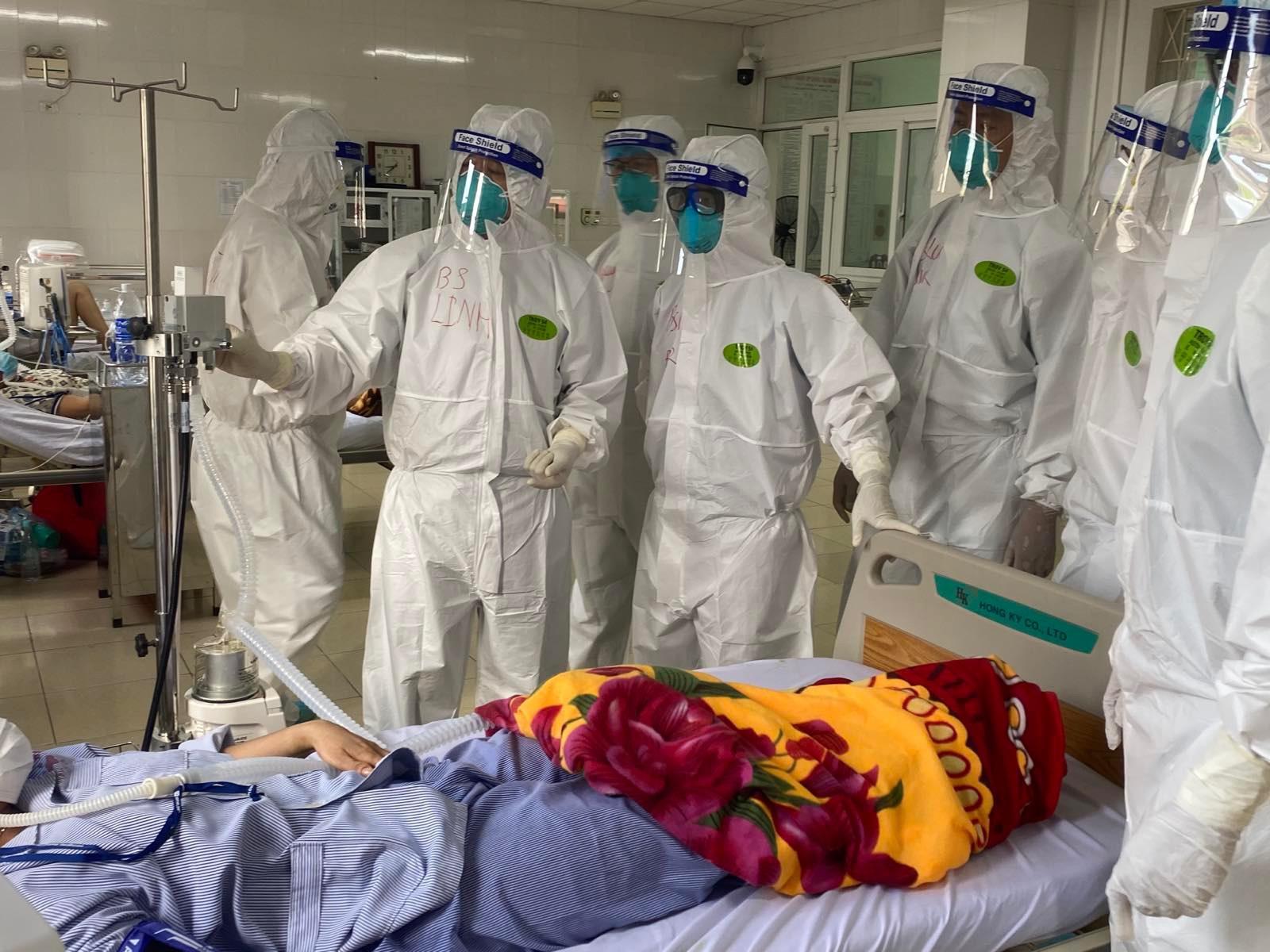 Bác sĩ Linh cùng đội bác sĩ phản ứng nhanh hội chẩn ca bệnh COVID-19 tại Bắc Giang