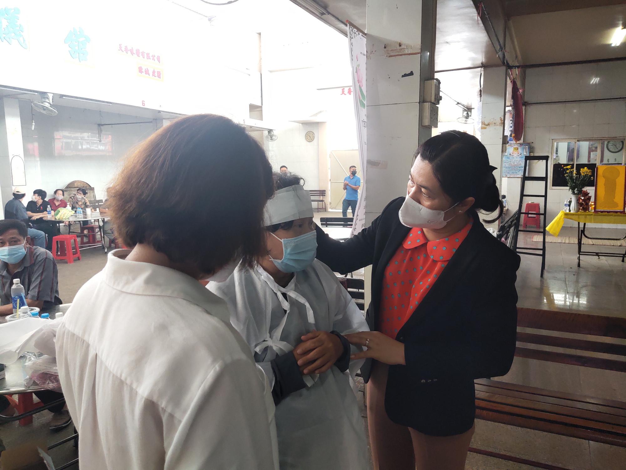 Bà Nguyễn Trần Phượng Trân chia sẻ, động viên và mong bà Trần Bích Liên vượt qua nỗi đau để chu toàn hậu sự cho chồng và con trai duy nhất
