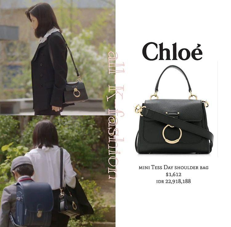 Ngoài trang phục, túi xách mà Lee Bo Young sử dụng trong phim cũng gây chú ý không kém. Mẫu túi Chloe màu đen với thiết kế khóa tròn tạo điểm nhấn có giá 37,5 triệu đồng.