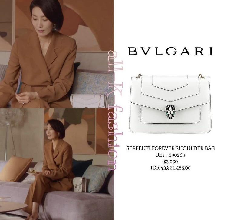 Phong cách của nàng dâu cả Kim Seo Hyung sử dụng dòng túi Bvlgari màu trắng đính đá phần nắp khóa có giá 71 triệu đồng giúp phong cách của nàng dâu cả thêm sang chảnh.