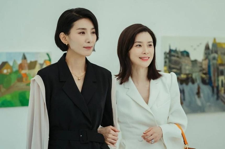 Mine là câu chuyện về những người phụ nữ mạnh mẽ và đầy tham vọng của xã hội thượng lưu. Bộ phim đang thu hút sự quan tâm của khán giả Việt khi được so sánh với 2 cái tên đình đám trước đó là Penthouse và Sky Castle. Trở thành nàng dâu nhà hào môn, Jeong Seo Huyn (Kim Seo Huyng thủ vai) và Seo Hee Soo (Lee Bo Young thủ vai) luôn phải thể hiện đẳng cấp và vẻ sang trọng thông qua cách ứng xử cùng gu ăn mặc hàng ngày.