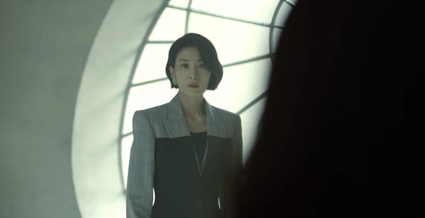 Phong cách của nàng dâu cả Seo Hyun chủ yếu thiên về menswear với những bộ suit cứng cáp, thanh lịch, phối kèm với những món phụ kiện hàng hiệu đắt giá.