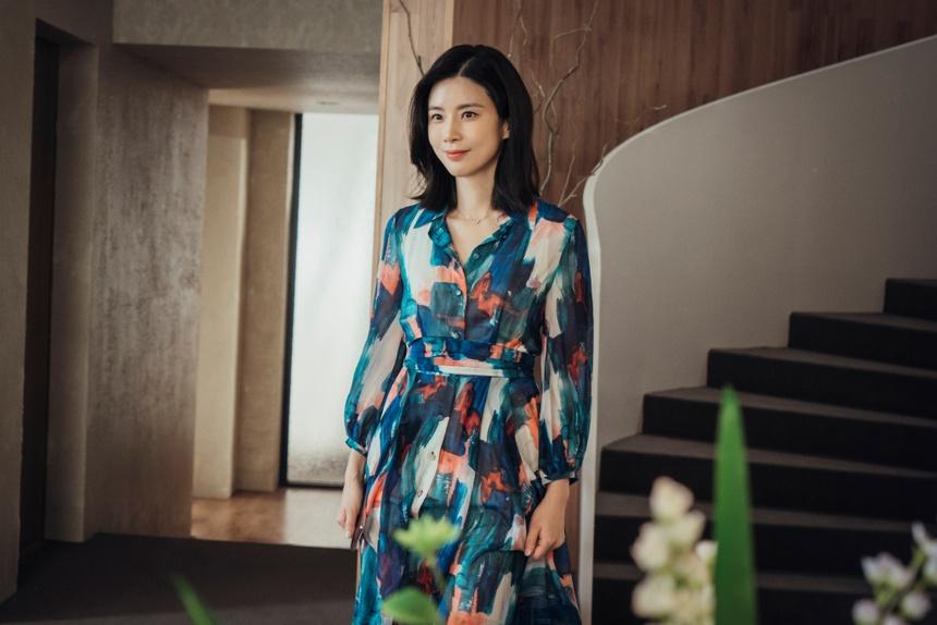 Seo Hee Soo (Lee Bo Young thủ vai) là dâu út của tập đoàn. Phom dáng trang phục cũng có nhiều chi tiết xếp nếp nữ tính cùng cầu vai phồng, thể hiện tính cách mạnh mẽ của người phụ nữ hiện đại khi sống trong gia đình tài phiệt