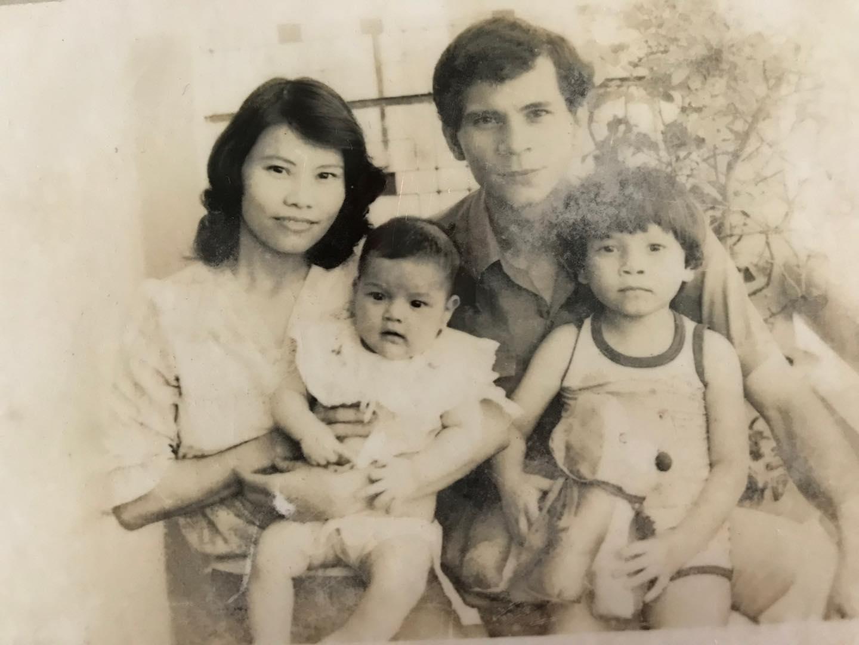 Ca sĩ Hồ Ngọc Hà khoe ảnh gia đời ngày xưa. Ít ai biết, nữ ca sĩ còn có anh trai tên Hồ Tuấn Anh (sinh năm 1981).